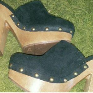 Shoes - 🎈SaLe🎈 $15 Black Studded Clogs. Size 6.5